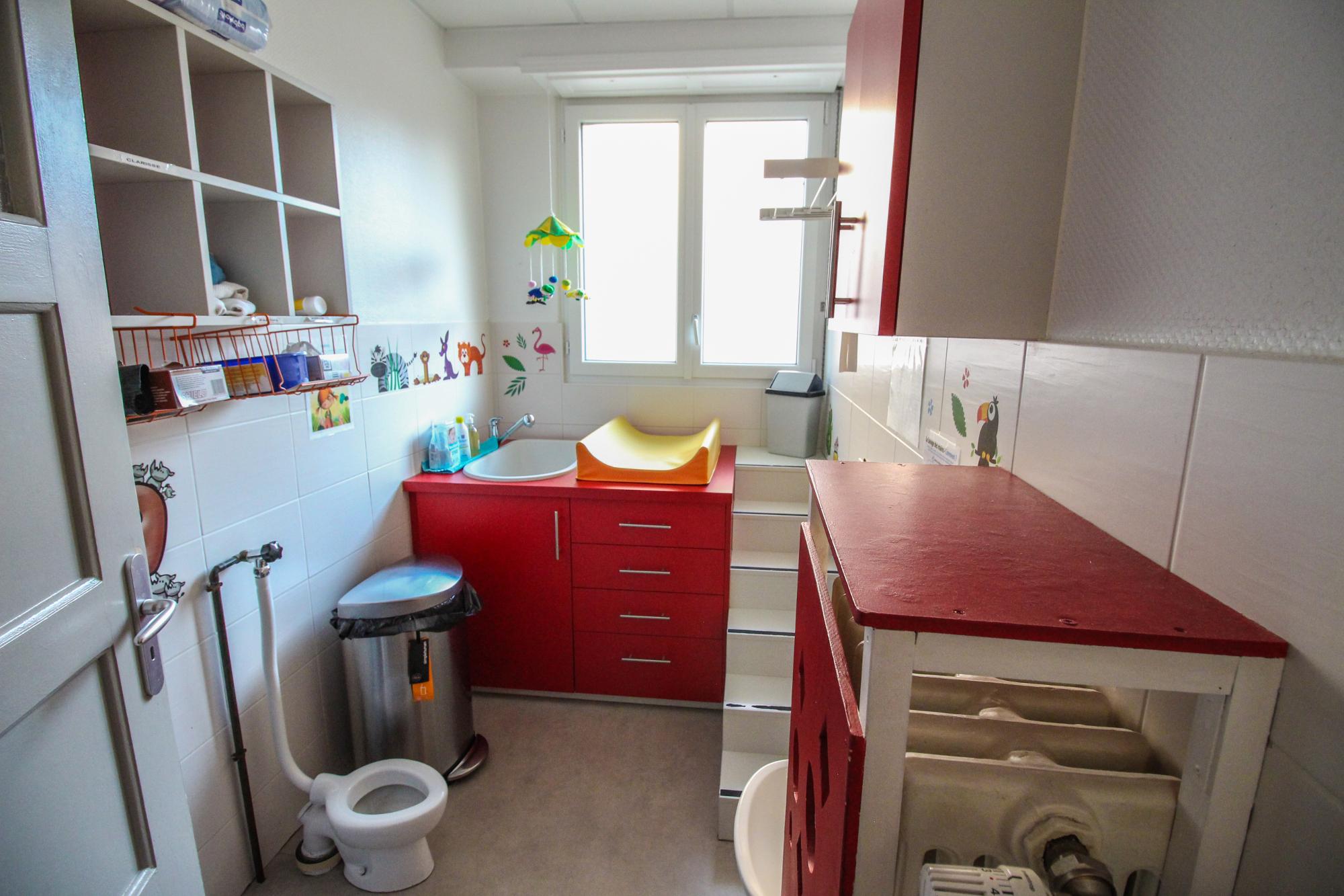 Salle de bain adaptée de la crèche parentale la Farandole à Strasbourg